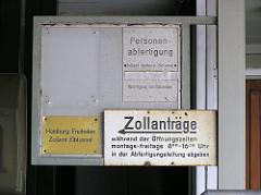 Schilder an der Zollstelle Alter Elbtunnel - Hamburg Freihafen Zollamt Elbtunnel / Zollanträge.