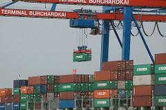 Containerbrücke mit Container am Containerterminal Burchardkai - Hamburgs Hafengebiet, Stadtteil Waltershof.
