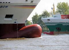 Zwei Containerfeeder treffen sich auf der Elbe im Hamburger Hafen - Frachtschiffe mit Wulstbug.