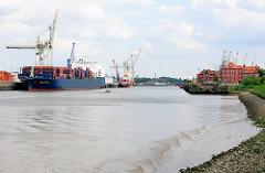 Blick in den Hansahafen des Hamburger Hafens; rechts historische Hafenarchitektur am Hansahöft - links ein Containerschiff am HHLA Terminal O'Swaldkai - Bilder aus dem Hamburger Stadtteil Kleiner Grasbrook