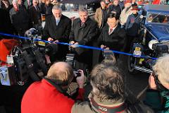 Eröffnung der Shanghaiallee - Durchtrennung des Bandes von Umweltsenator Michael Freytag und Jürgen Bruns-Berentelg, Vorsitzender der Geschäftsführung der HafenCity Hamburg GmbH ( 2006)