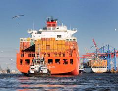 Heck des Containerfrachters RIO DE LA PLATA der Reederei Hamburg-Süd - am Heck des Frachters ein Schlepper.