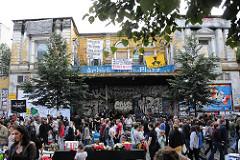Flohmarkt auf dem Strassenfest der Sternschanze - Flohmarktstände vor der Roten Flora.