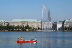 Kanus auf der Hamburger Binnenalster - Blick zum Stadtteil Hamburg Altstadt - Turm der St. Jacobikirche; Kontorhaus der HAPAG Lloyd Reederei am Ballindamm.