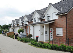 Neubauten im Hamburger Stadtteil Langenbek - moderne Reihenhäuser; Wohnstrasse.