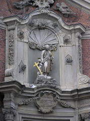 Skulpturen über dem Eingang der katholischen St. Josephskirche in der Nähe der Hamburger Reeperbahn auf St. Pauli.