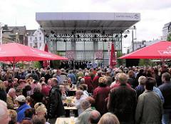 Veranstaltung auf dem neu gestalteten Spielbudenplatz in HH-St. Pauli - Bilder aus dem Hamburger Stadtteil.