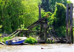 Alte verfallene / verrottete Wassertreppe aus Holz - Anlegeplatz in der  Billwerder Bucht von Hamburg Rothenburgsort.