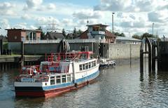 Ein Motorboot fährt von der Süderelbe in die Harburger Tideschleuse ein.