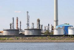 Öltanks und Türme einer Raffinerie in Hamburg Harburg an der Süderelbe.