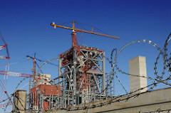 Bausstelle mit Stacheldraht gesichert - Grossbaustelle Kohle-Kraftwerk.