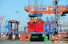 Ein Container wurde von der Krananlage am Güterbahnhof Burchardkai aufgenommen. Im Hintergrund die Containerkräne am Athabaskakai.