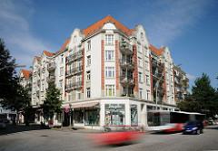 Strassenverkehr im Mühlenkamp Ecke Poelchaukamp. Wohngebäude mit Geschäften im Stil des Historismus.