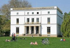 Liegewiese vorm denkmalgeschützten Jenischhaus im Jenischpark - Stadtteil Hamburg Othmarschen, Bezirk Hamburg Altona.