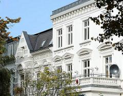 Stadtvilla mit weisser Fassade - Gründerzeitarchitektur in Hamburg Hohenfelde.