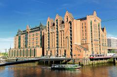 Blick über den Magdeburger Hafen / Brooktorhafen in der Hamburger Hafencity zum ehem. Kaispeicher B, das Maritime Museum Hamburg.