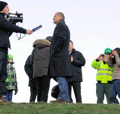 Fernsehinterview des Hamburger Bürgermeisters Olaf Scholz auf dem Deich beim Spreehafen in Hamburg Wilhelmsburg.