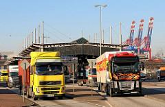 Sattelschlepper mit Containerladung verlassen die Zollstation Hamburg Waltershof.
