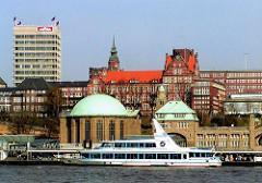 Alte Aufnahme von den St. Pauli Landungsbrücken - das Verwaltungsgebäude, der Astraturm in geflaggt - ein Schiff der Hafenrundfahrt liegt am Anleger. (2002)