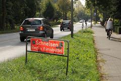 Grenzschild Schnelsen, Bezirk Eimsbüttel an der Holsteiner Chaussee - Autoverkehr und Radfahrer.