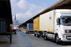 Lastwagen mit Containern an der Laderampe Lagergebäude im Hamburger Oberhafen.