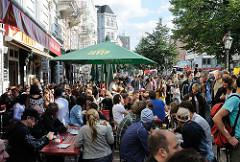 Strassenfest auf der Sternschanze - Aussengastronomie der Restaurant - Tische und Bände mit Gästen auf der Strasse.