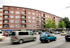 Wohnblocks der 1920er Jahre - KLinkerfassade und Balkons zur Fruchtallee in Hamburg Eimsbüttel - dichter Strassenverkehr, fahrende Autos - ein Hauptverkehrsstrasse Hamburg Eimsbüttels.