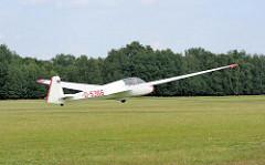 Ein Segelflugzeug wird vom Stahlseil, das am Bug des Flugzeugs befestigt ist auf dem Boberger Segelflugplatz in die Luft gezogen. Bilder aus dem Hamburger Stadtteil Lohbrügge.