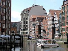 Historische Häuserzeile an der Deichstrasse in dem Hamburger Stadtteil Altstadt - Fahrgastschiff auf dem Nikolaifleet.