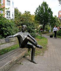 Kunst im öffentlichen Raum - Skulptur in Hamburg Niendorf Nord. Der stille Gesellschafter, Künstlerin Inka Uzoma.