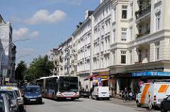 Enge Strassen in Hamburg - ein Gelenkbus der HVV überholt einen in der zweiten Reihe parkenden PKW.