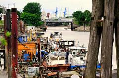 Barkassen und Arbeitsschiffe im Spreehafen am Potsdamer Ufer - im Hintergrund die Spreehafenbrcücke und der Reiherstieg in Hamburg Wilhelmsburg.