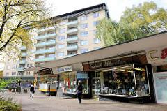Einzelhandel / Geschäfte Fassade im Stil der 1950er / 1960er Jahre; Ladenzeile in Hamburg Dulsberg.