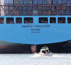 Heck des 48m breiten und 366m langen Containervessels Maersk Eindhoven - Boot der Hamburger Wasserschutzpolizei, WS 61