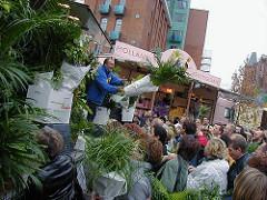 Verkauf von Grünpflanzen direkt vom Lastwagen auf dem Altonaer Fischmarkt - Marktschreier bieten ihre Ware an.