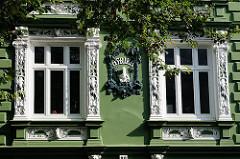 Stuckdekor am Gründerzeithaus - Säulen als Fensterdekor, Hohelufter Generalsviertel - Roonstrasse.