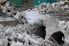 Abriss des Röhrenbunkers Winterhuder Weg - die Betondecke der beiden Bunkerröhren wird zertrümmert.