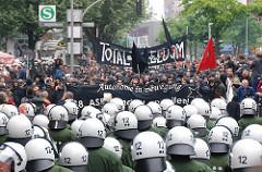 Demonstration Hamburger Autonome auf der Reeperbahn - Polizei mit Helmen versperren den Weg der Demontranten.