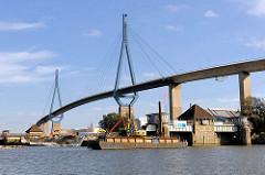 Die Rugenberger Schleuse ist geschlossen - die Kammern werden abgetragen und der Bau einer neuen Schleuse wird vorbereitet. Köhlbrandbrücke in Hamburg Waltershof.