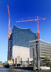 Baustelle in der Hamburger Hafencity - Baukräne an der zukünftigen Elbphilharmonie.