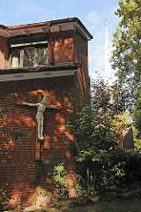 Gemeindehaus der Ochsenzoller St. Annen Kirche - Kruzifix an der Hausfassade.