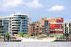 Segelschiff am Anleger der Elbphilharmonie - moderne Wohngebäude am Kai des Grasbrookhafens - Bilder aus der Hamburger Hafencity.