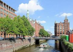 Blick zur St. Annenbrücke in der Hamburger Speicherstadt - eine Barkasse fährt mit Hamburg Touristen in das Holl. Brookfleet ein - Bilder aus dem Hamburger Stadtteil Hafencity.