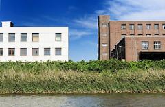Fotos aus dem Gewerbegebiet Hamburg Veddel - Blick vom Hovekanal auf die Industrie-Architektur auf der Peute - moderner Gebwerbebau und historische Klinker-Architektur.