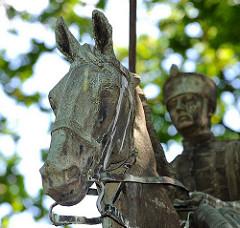 Detail Husarendenkmal - Bronzeskulptur Pferd mit Reiter / Husar.