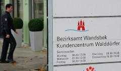 Schild Bezirksamt Wandsbek - Kundenzentrum Walddörfer.
