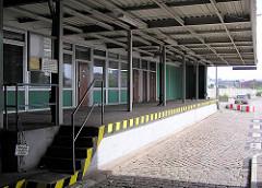 Rampe und Büroräume der Zollstelle Alter Elbtunnel im Hamburger Freihafen - Kopfsteinpflaster.