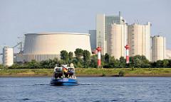 Blick vom Köhlbrand auf das neue Kohlekraftwerk in Hamburg Moorburg an der Süderelbe.