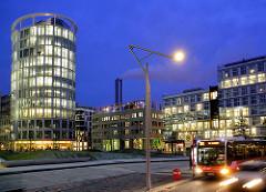 Sandtorpark in der Hamburger Hafencity / blaue Stunde - beleuchtete Fenster im Coffee Plaza - Architekt Richard Meier.