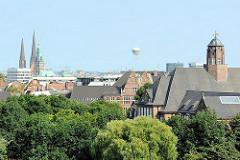 Hamburg die Grüne Stadt an der Elbe - Blick auf Teile von Planten un Blomen und das Gebäude des HamburgMuseums; im Hintergrund Kirchtürme und Rathausturm in der Hamburger Altstadt.